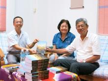 本会前任会长陈泽崇牧师夫妇拜访本院,并赠送其著作予本院全体讲师